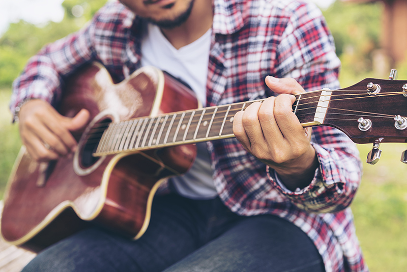 How to Play the Guitar and Sing at the Same Time - wikiHow